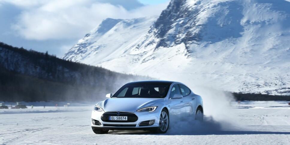 Tesla har svært motorsterke biler, som akselererer hurtig. Det kan nok også innby til aggressiv kjøring.