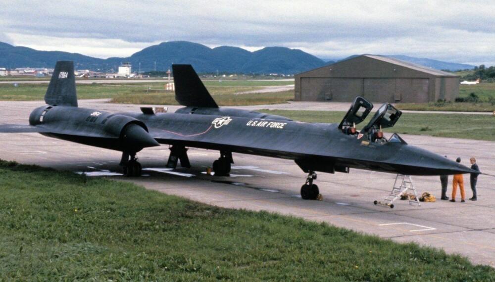 Etterretningsflyet parkert i Bodø i 1981. Legg merke til dammene med drivstoff under vingene.