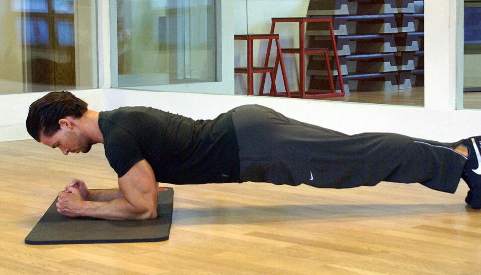 <b>PLANKEN:</b> Her demonstrerer Side3s treningsekspert Cornelis Elander hvordan standard planke skal utføres.