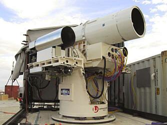 LASERKANON: Laser Weapon System, eller bare LaWS, er en laserkanon som treffer med lysets hastighet, og er sterk nok til å tilintetgjøre flygende trusler til en brøkdel av prisen til konvensjonelle våpen.