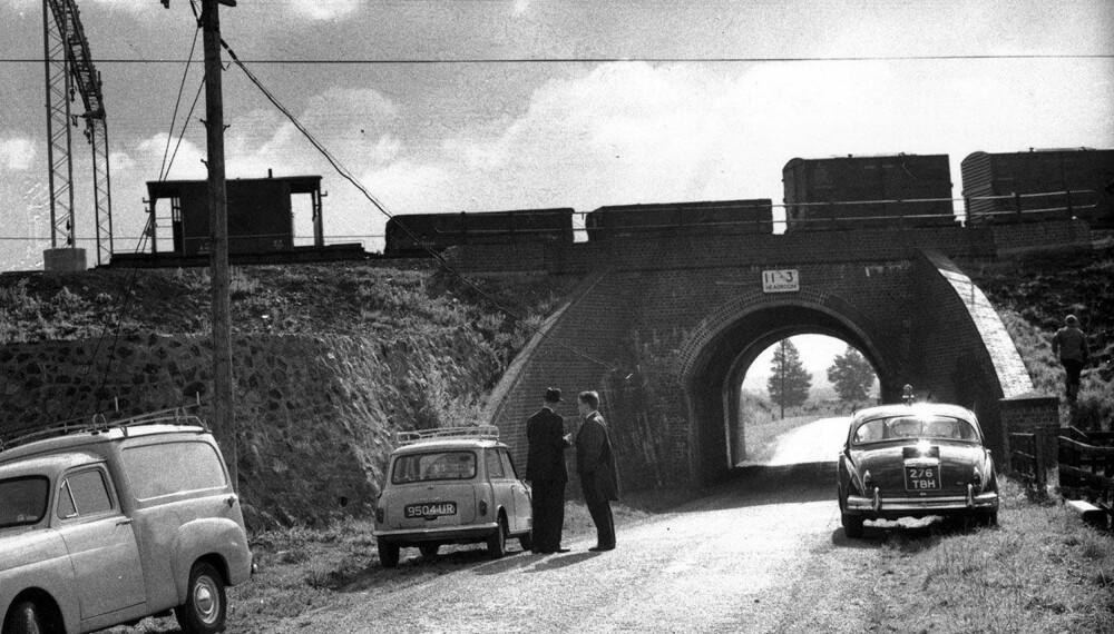 ÅSTEDET: Her, ved lille Bridego Bridge i Buckinghamshire, skjedde det myteomspunne togrøveriet. Bildet er tatt på et senere tidspunkt, med et annet tog på broen.