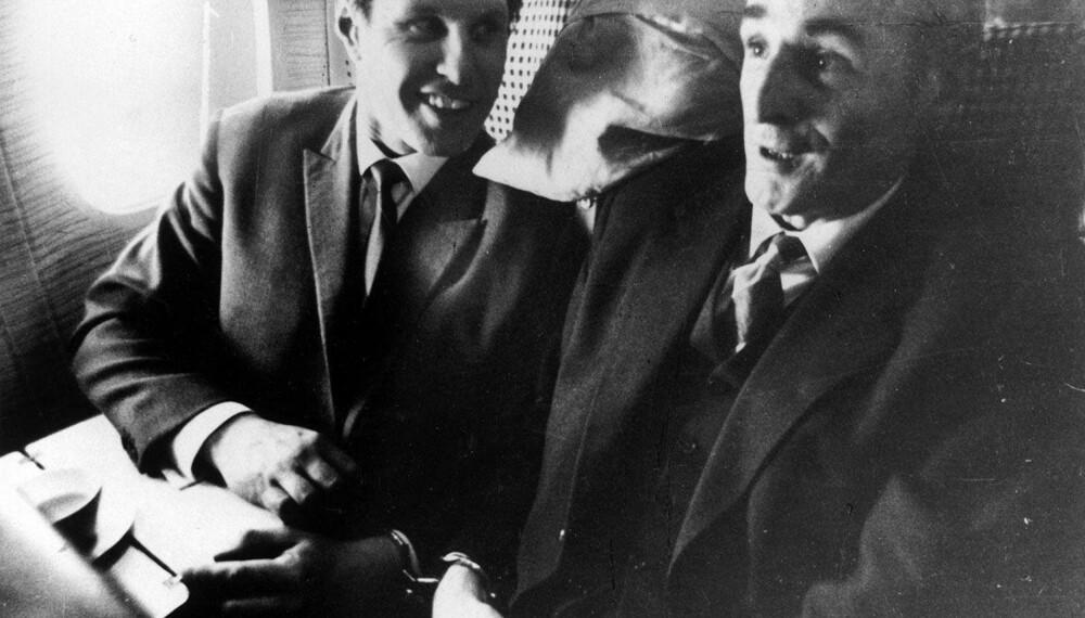 RØMLING: Også ransdømte Charlie Wilson (til v.) rømte fra fengselet. I fire år levde han og familien under falskt navn utenfor Montreal i Canada. I 1968 ble han tatt på ny. Her lenket sammen med Scotland Yards etterforskningsleder Tommy Butler under hjemturen.