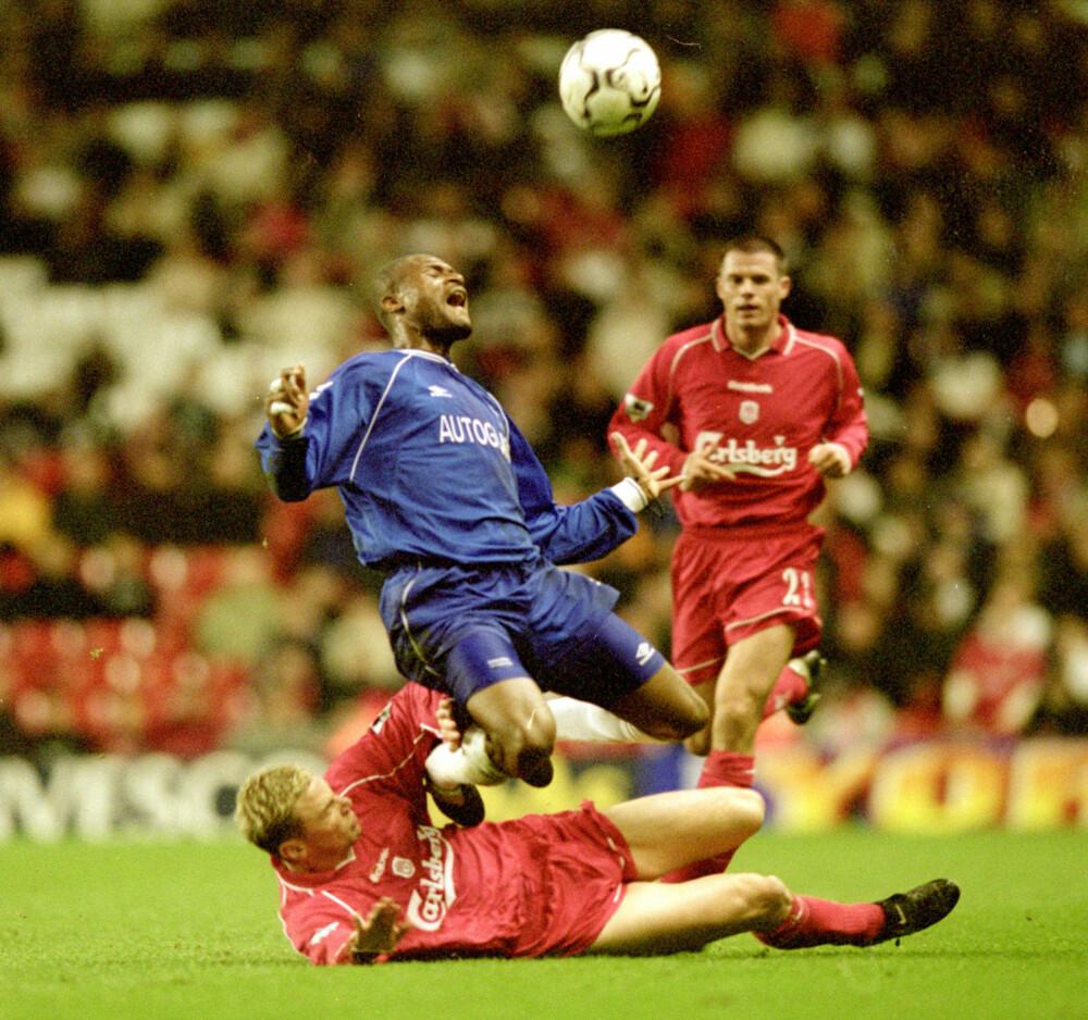 <b>GODT BETALT:</b> Winston Bogarde (i blå drakt) fikk helt spinnvilt mye betalt i 2000 da han signerte for Chelsea.