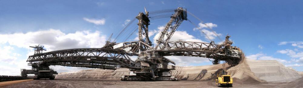 BAGGER: Jo, dette er et kjøretøy. Familiens største er verdens høyeste landgående kjøretøy/fartøy med en høyde på 96 meter. Lengden er på hele 225 meter, den veier 14.200 tonn, og et mannskap på fem personer må til for å operere maskinen.