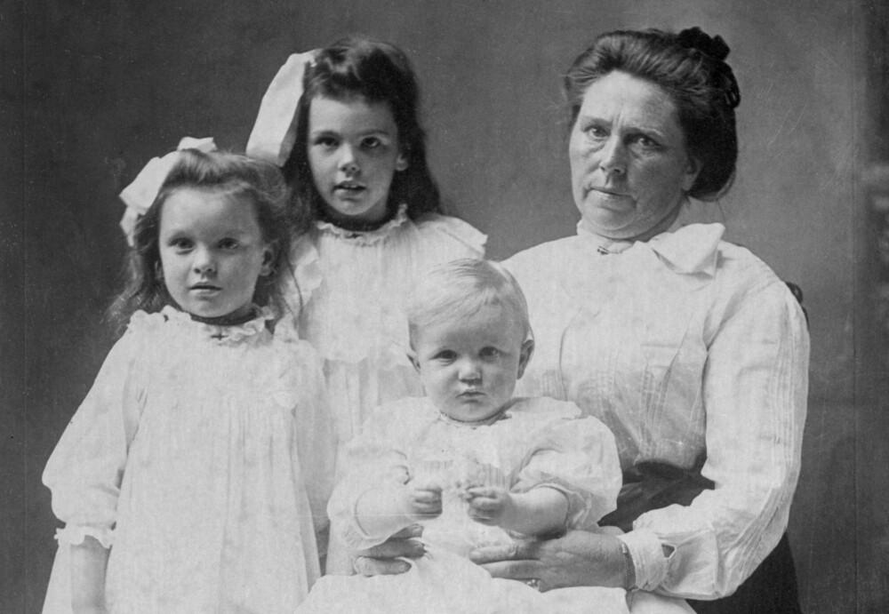 NORSK SERIEMORDER: Belle Gunness sammen med barna sine Lucy Sorensen, Myrtle Sorensen og Philip Gunness i 1904. Alle barna døde i en husbrann, men det er ikke klart om kroppen til en kvinne som ble funnet etter brannen, var Belles ...
