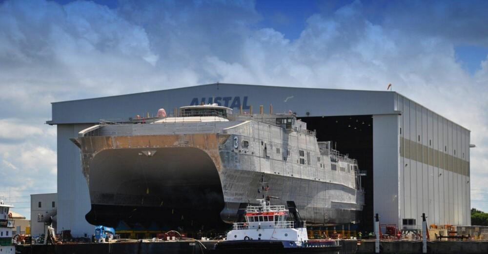 KRIGSSKIP: USNS Millinocket (JHSV-3) på vei ut av verftet 4. juni 2013. Det hurtiggående kipet skal utstyres med USAs nye superkanon.