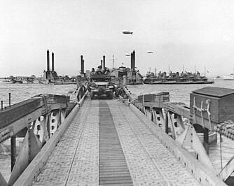 ILANDSSTIGNING: Et bilde tatt fra selve Mulberryhavnen utenfor Omaha Beach viser detaljene i konstruksjonen.