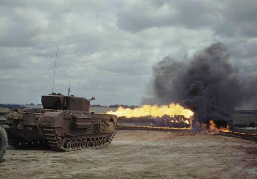REKKEVIDDE:Flammekaster-tanksen Churchill Crocodile viser sin fryktinngytende rekkevidde.