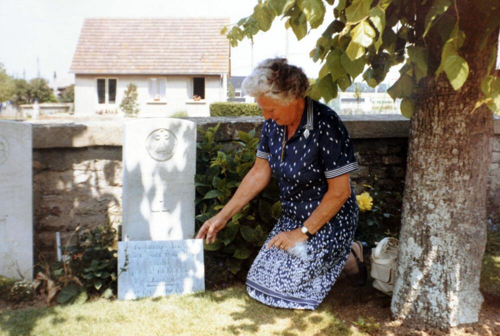 Den tidligere kona til Den Brotheridge besøker graven hans i Frankrike.