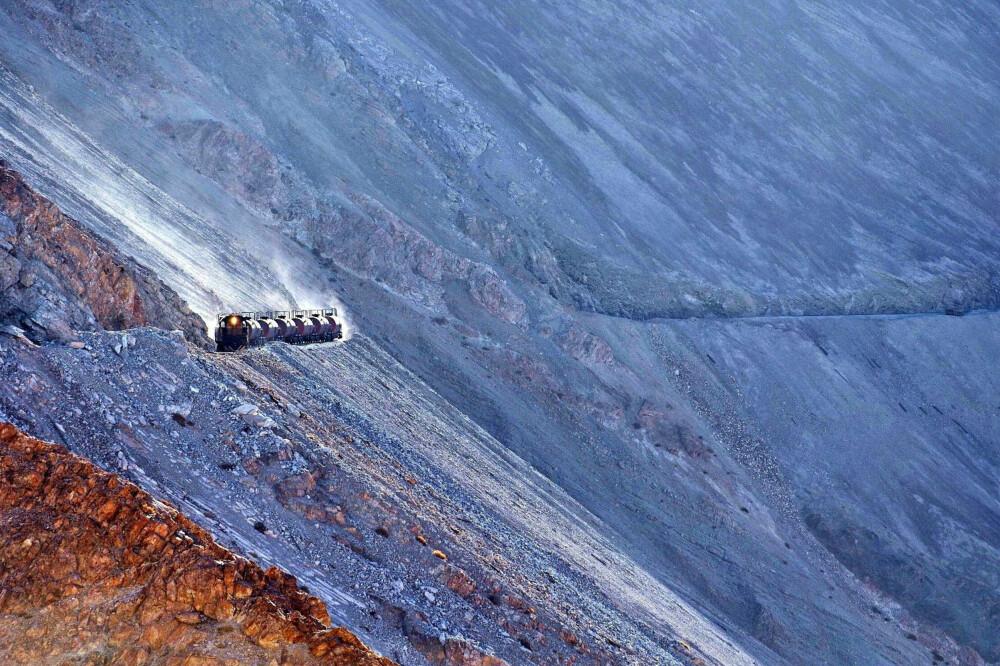SPEKTAKULÆRT: Et Ferronor-tog med vogner fylt med svovel er på vei fra raffeneriet i Potrerillos til Llanta og Diego de Almagro i Chile. Bildet er fra den mest spektakulære delen av banen.