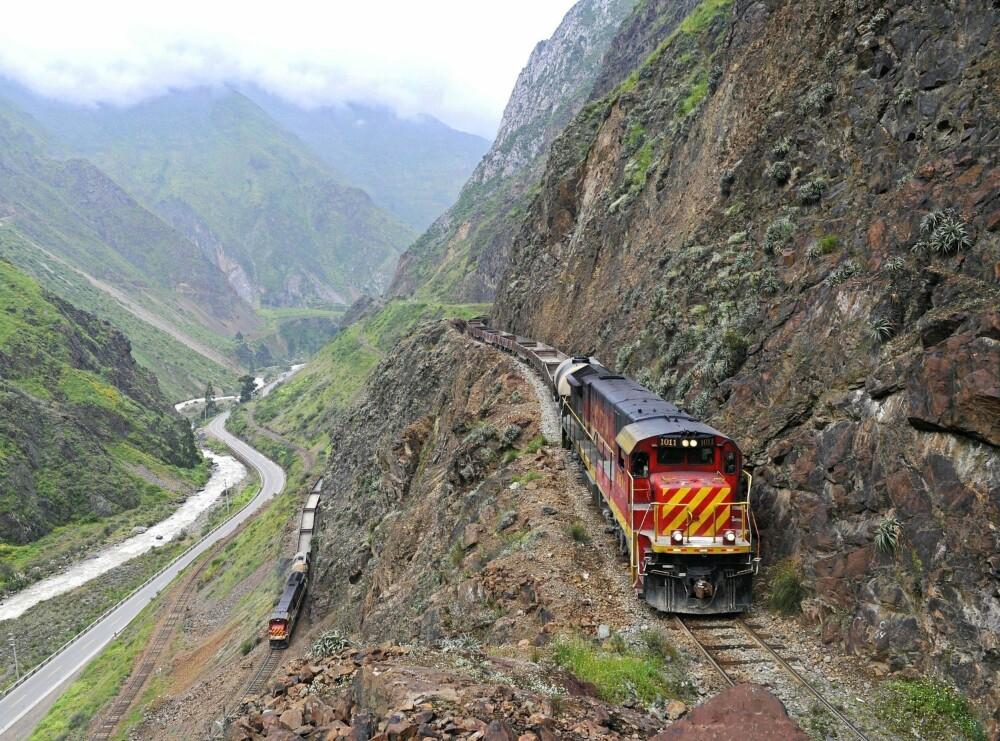 TRIPPELLINJE: To tog slanger seg sammen gjennom fjellet nær Matucana i Peru. En tredje bane kan skimtes nederst til venstre i bildet.