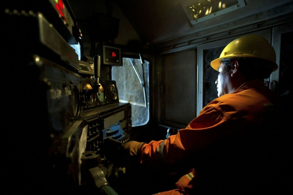 FARLIG JOBB: Å kjøre et godstog på de farlige og bratte banene i Andesfjellene er en farlig jobb som krever full konsentrasjon. Her ser vi en lokfører mens toget er på vei ut av en tunnel nær Tamboraque Ferrocarril Central Andino-banen i Peru.