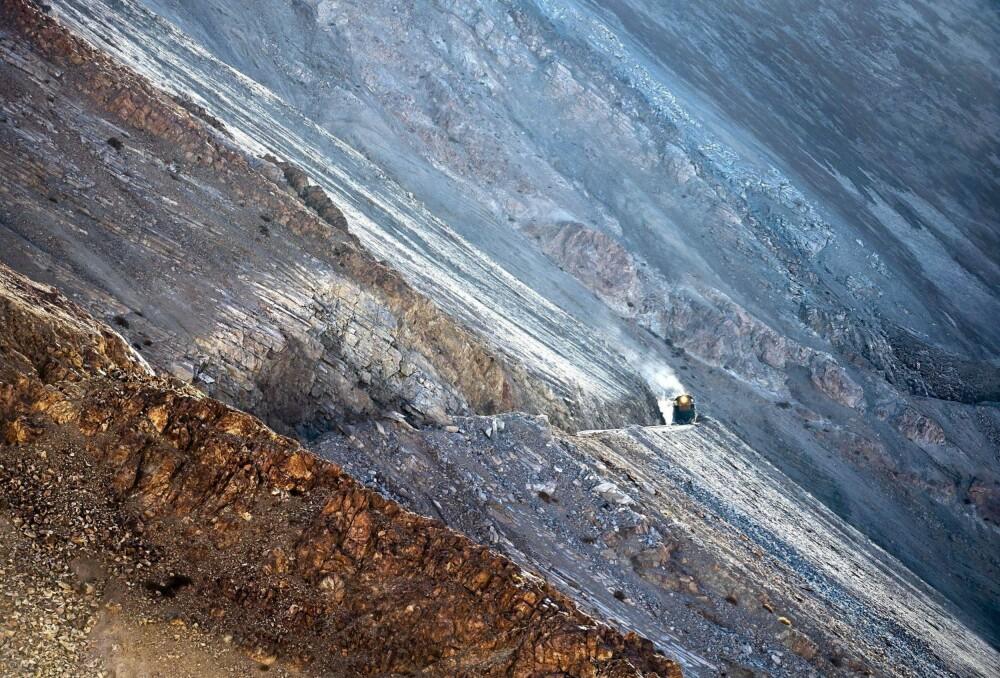 SPEKTAKULÆRT: Et Ferronor-tog med vogner fylt med svovel er på vei fra raffineriet i Potrerillos til Llanta og Diego de Almagro i Chile. Bildet er fra den mest spektakulære delen av banen.