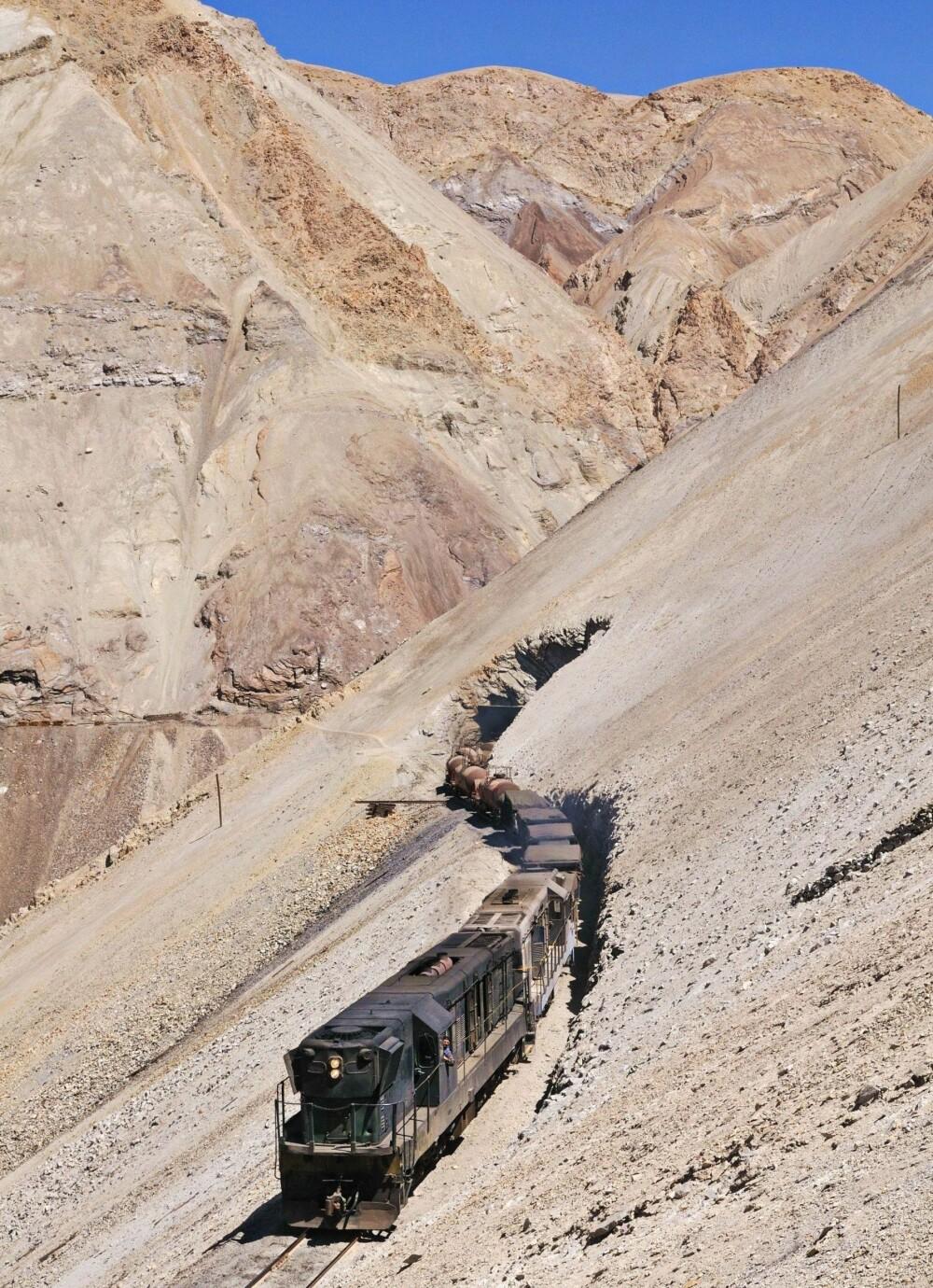 TIL VÆRS: Et tog på Ferronor-banen klatrer opp de bratte bakkene til Potrerillos-kobberraffineriet nær Diego de Almagro i Chile. Dette er en av de mest iøyenfallende delene av linja mellom Montandon og Potrerillos. Smelteverket ligger 2900 meter over havet.