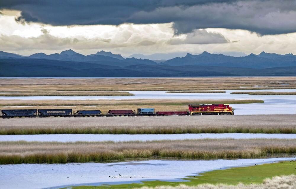 VAKRE OMGIVELSER: Ikke alle vakre jernbanestrekninger er farlige. Her passerer toget laguner nær Chinchaycoch-sjøen i Ferrocarril Central Andino i Peru. Endestasjonen er kobbergruvene i Cerro de Pasco.