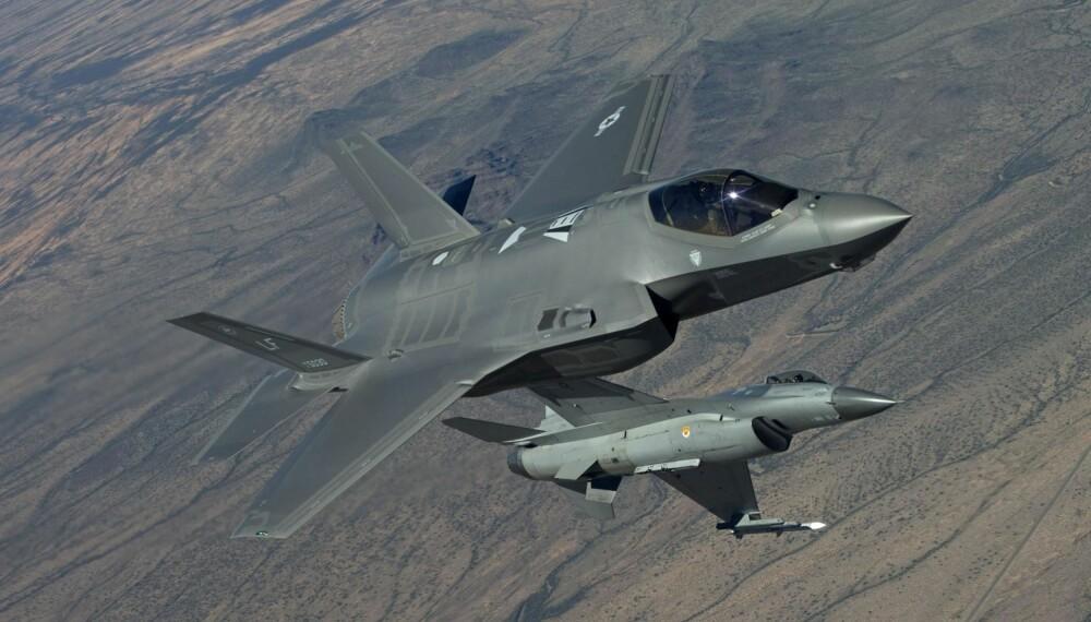 4. OG 5. GENERASJON: Dagens F-16 (i bakgrunnen) regnes som 4. generasjon jagerfly, mens F-35 er 5. generasjon. F-35 forventes å være i full produksjon fra 2019, utviklingen av flyet ble påbegynt i 1997.
