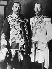 1915. Til venstre ser du Nikolaj II, tsaren i Russland. Til høyre hans søskenbarn, kong Georg V av England. Den engelske kongen har russisk uniform mens den russiske har britisk, en diplomatisk skikk fra før og under første verdenskrig.
