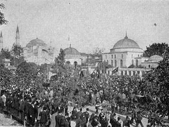 Demonstrasjoner i Konstaninopel (nå: Istanbul) under revolusjonen til ungtyrkerne i 1908.