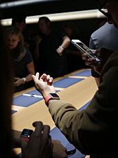 Journalister og andre inviterte tar en nærmere titt på Apple Watch og de nye telefonene iPhone 6 og iPhone 6 Plus etter pressekonferansen.