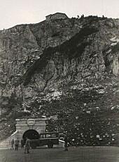 Bilde fra 1945, som viser inngangen til gangtunnelen, med selve bygget på toppen.