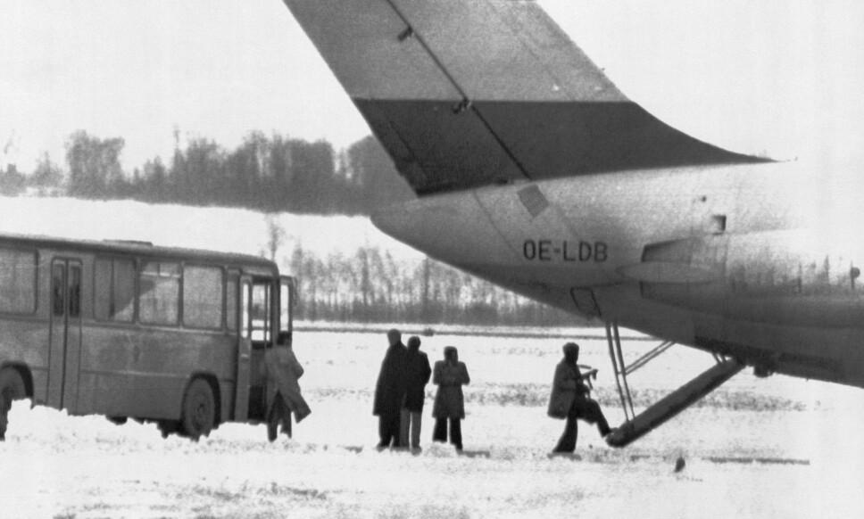 <b>SJAKALENS FLUKT:</b> Ved juletider 1975 gikk Sjakalen inn på et politisk toppmøte i Wien, drepte tre sikkerhetsvakter og stakk av med 11 oljeministre, 62 gisler og et fly som han truet til seg fra myndighetene i Østerrike. Bildet er fra flyplassen i Wien, og Sjakalen skal være mannen til venstre i bildet.