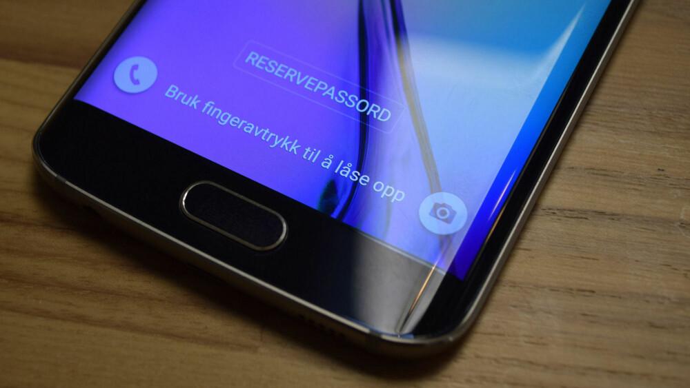 Bare å berøre sensoren er nok til at telefonen umiddelbart gjenkjenner fingeren din og låser opp telefonen.