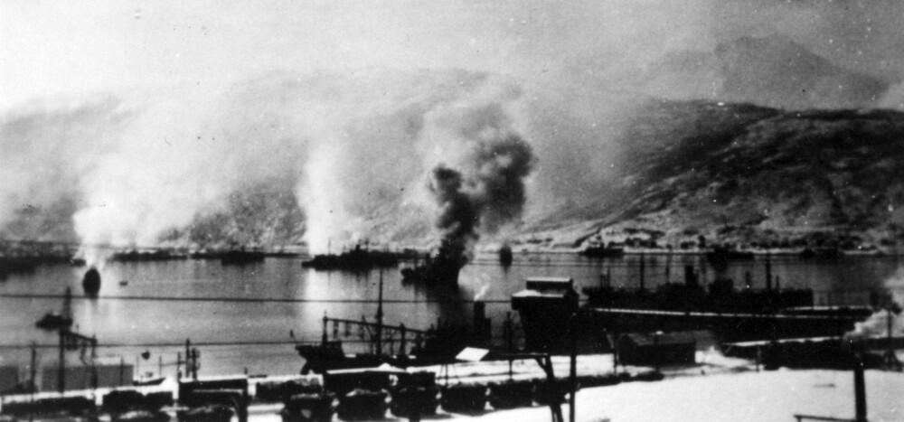 Tyske skip i flammer i havnen, Narvik.