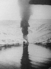 Det tyske skipet Herman Künne i flammer.