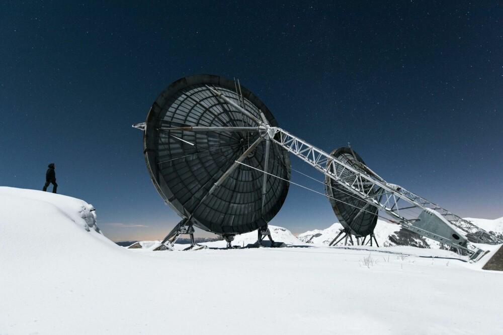 FROZEN STARS: Dette er en forlatt radarstasjon i fjellene i Italia. Etter omtrent tre timers gåing gjennom 50 cm dyp snø, kom vi til disse enorme frosne antennene.