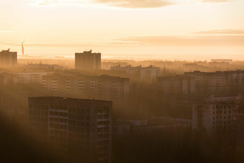 SUN DUST: Den andre dagen i Pripyat fikk jeg muligheten til å se en soloppgang fra toppen av Pripyats høyeste bygning, Fujiyama. Solstrålene lekte i midten av den døde byen, og fikk stedet til å virke levende igjen i noen få sekunder.