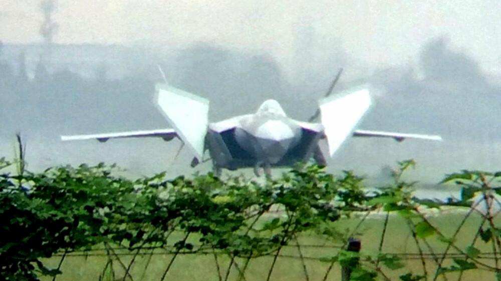 Den nyeste prototypen (2016) av J-20, med sine kraftige canardvinger i spenn.