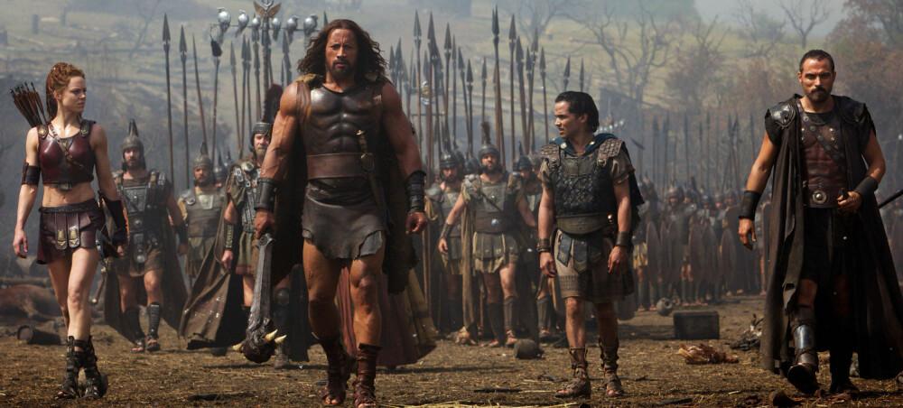 """Fra filmen """"Hercules"""". Berdal som Atlanta til venstre i bildet. Dwayne Johnson er Hercules."""