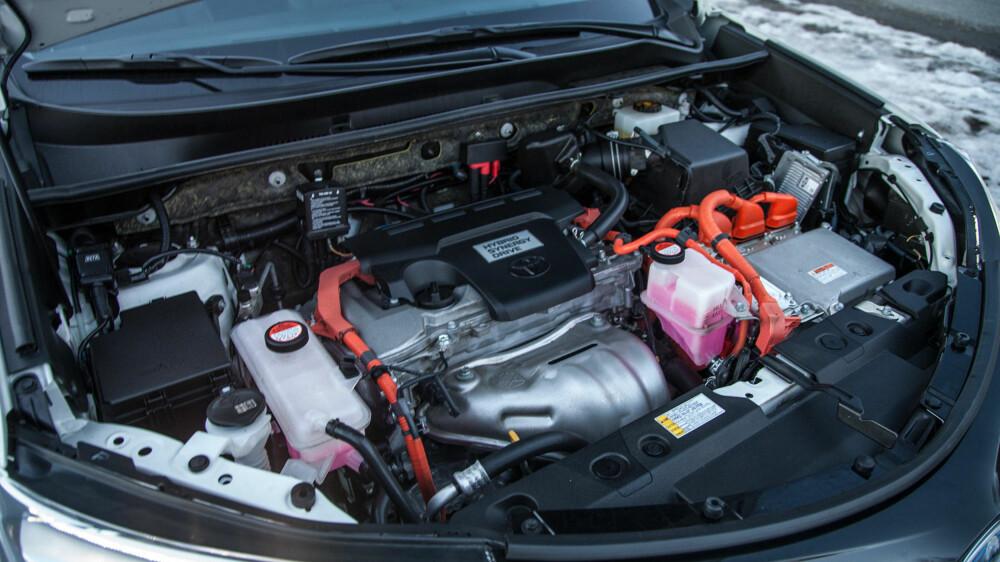 Bilen har tre motorer: 2,5-liters bensinmotor, og en elmotor til hver aksling.