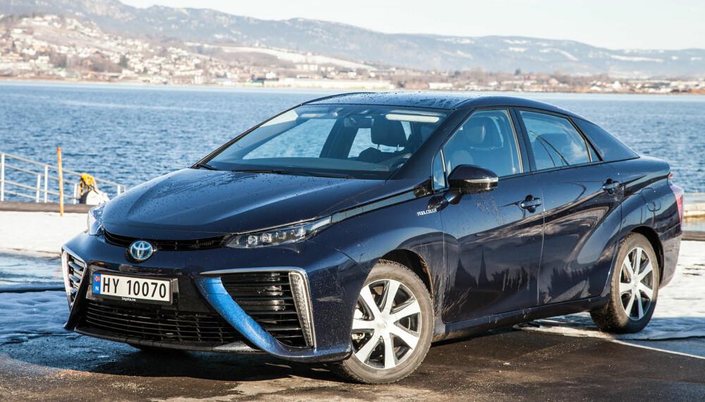 Den eneste elbilen Toytoa har på markedet er Mirai. Den henter ikke energien fra batterier, men hydrogen. Toyota sitter fremdeles på gjerdet når det gjelder batteridrevne elbiler, og mener teknologien ikke er god nok.
