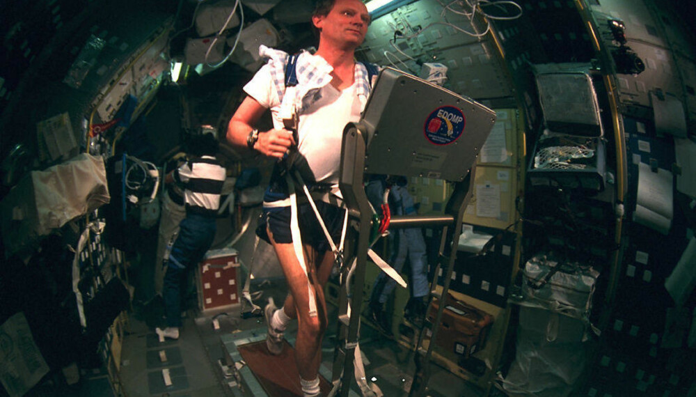 NASA-astronaut Norm Thagard trener ombord den russiske romstasjonen Mir. Bildet er fra 1995. Thagard brøt den gang alle tidligere rekorder, med 115 dager i rommet.