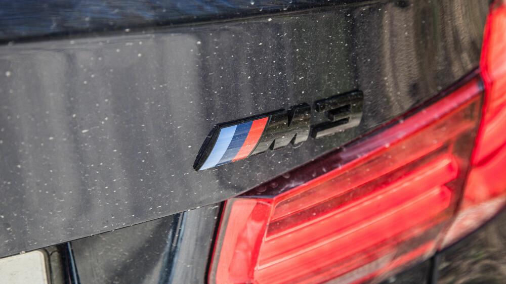 Den svarte M3-logoen.