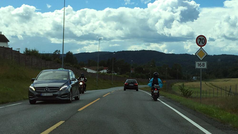 I 45 kilometer i 70-sonen er det verken moro å ligge bak en mopedist - eller å være mopedisten som til stadighet opplever farlige forbikjøringer.