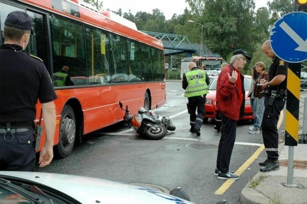 En mopedist har opplevd at det å være ved siden av en buss ikke er noe særlig fint sted å være.
