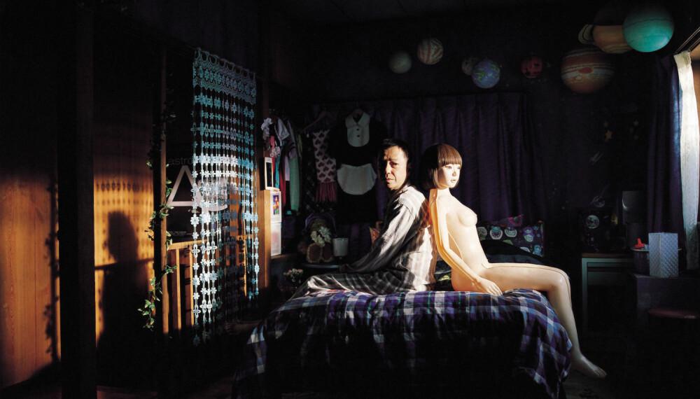 I filmen Air Doll (2009) er rollen snudd på hodet. Her er det sexdukken som etter hvert utvikler sjel og følelser for sin middelaldrende eier.