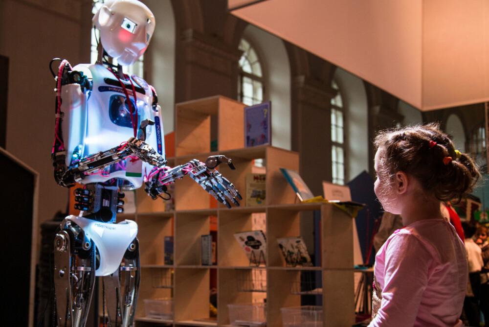 Automatiseringen sørger for at det blir behov for stadig færre mennesker på jobb. Her fra en fremtidsutstilling i Moskva i 2014. Frykten er at køene på NAV kan bli lange i tiden fremover.