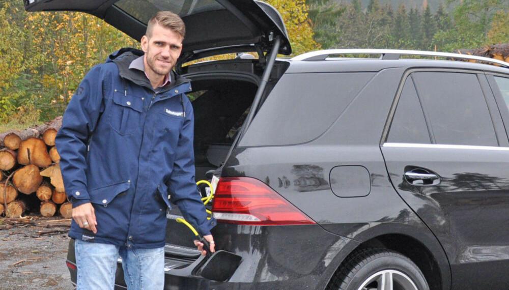 - MODEL S ER MER KOMFORTABEL: Brooms redaksjonssjef, Vegard Møller Johnsen, har kjørt Tesla Model 3, og mener Model S er en mer komfortabel bil og kan være verdt prisforskjellen.