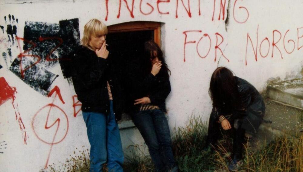 LEGENDARISK BILDE: Det er begrenset med bilder av Mayhem fra sin spede begynnelse, men dette bildet har blitt legendarisk. Kjetil ser vi til venstre, sammen med Jørn og Øystein.