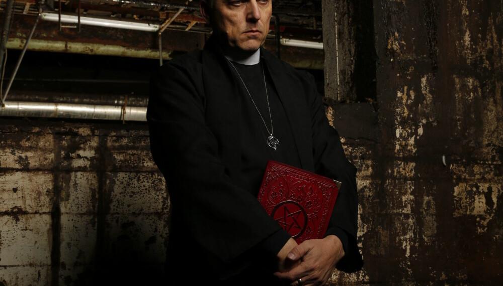 Ateisten Kjetil Manheim som prest med en bok med pentagram. Slik fremstiller han seg i dag for sitt nye band Order.