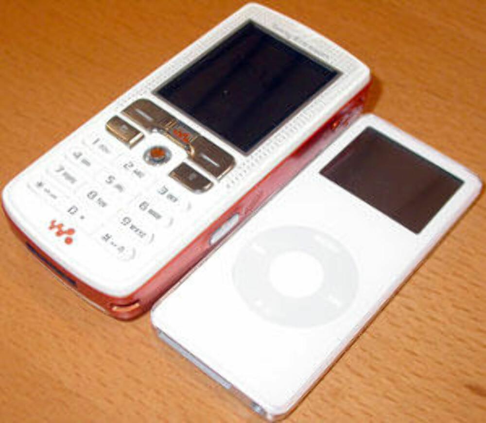 W800, her sammen med en iPod.