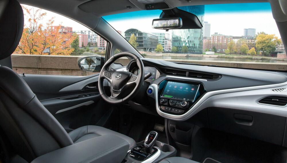 BERØRINGSSKJERM: Kontrollpanelet i Ampera-e er en 10,2 tommers berøringsskjerm. Bilen er utstyrt med Apple Car Play og vil også støtte Android Auto når det kommer til Norge.