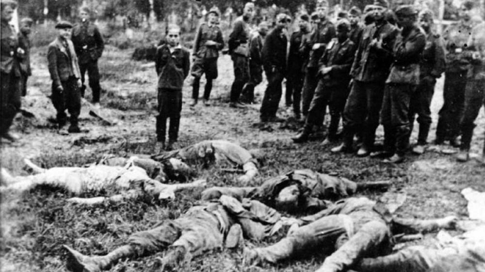 GRUSOMME HANDLINGER: De tyske dødsskvadronene Einsatzgruppen hadde som hovedoppgave å drepe sivile - også kvinner, barn og eldre. Innsatsgruppene står bak umenneskelige grusomheter. Bildet viser en tenåringsgutt i i Zboriv i Ukraina i 1941. Han blir fotografert ved siden av sin drepte familie øyeblikk før han selv blir skutt. Nazisten Helmut Oberlander (92) tjenestegjorde for Einsatzgruppe D. i Øst-Europa. De drepte om lag 23.000 sivile. Oberlander oppholder seg i dag i Canada.