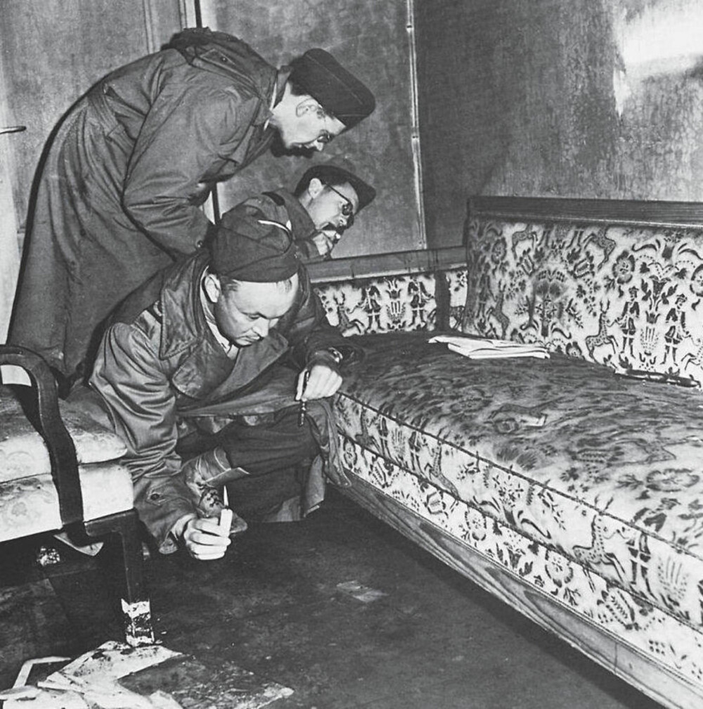 <b>SISTE DAGER:</b> Adolf Hitler er en av historiens mest forhatte menn. Hans livvakt og nære medarbeider Rochus Misch skrev senere en bok om hans liv i Hitlers tjeneste. Denne boken blir nå i nytt opplag i Storbritannia og gir et fascinerende innblikk i Hitlers liv. Her undersøker amerikanske etterforskere sofaen Adolf Hitler og Eva Braun endte sine liv på.