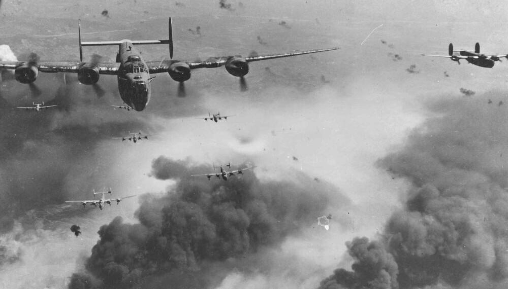 450 amerikanske B-24 Liberator-fly brøler inn over Omaha Beach, men slipper bombelasten sin for tidlig.