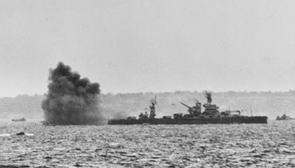 USS ARKANSAS: Like før landgangen bombarderte de allierte Omaha Beach. Skipene traff imidlertid ikke mål.