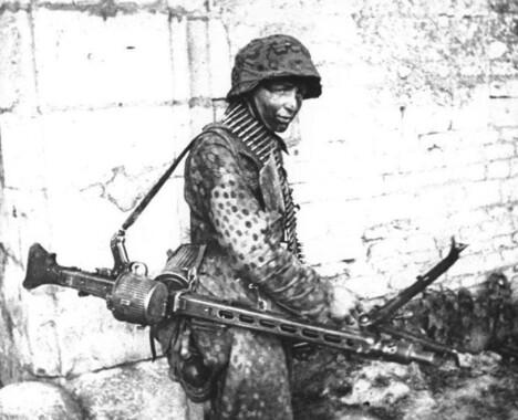 <b>HITLERSAGEN</b> - eller bare MG-42 - var enkel å bruke og spydde ut 1200 skudd i minuttet. Amerikanerne fryktet det tyske maskingeværet så mye at hæren forberedte soldatene på psykiske traumer etter å ha møtt det i kamp.